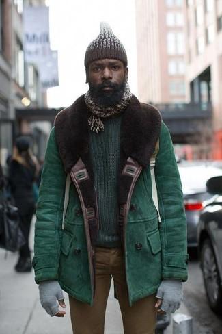 Как и с чем носить: зеленая короткая дубленка, темно-зеленый свитер с круглым вырезом, коричневые зауженные джинсы, темно-коричневая вязаная шапка