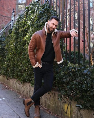 Как и с чем носить: табачная короткая дубленка, черный вязаный свитер с круглым вырезом, черные зауженные джинсы, коричневые кожаные ботинки челси