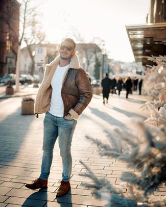 Как и с чем носить: коричневая короткая дубленка, белый свитер с круглым вырезом, голубые зауженные джинсы, коричневые кожаные повседневные ботинки