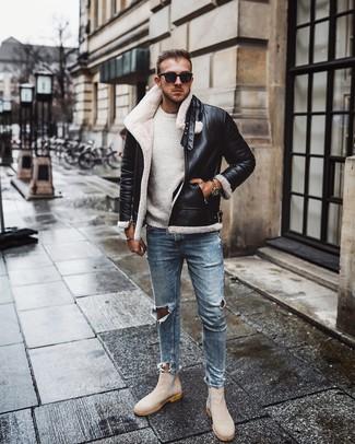 Как и с чем носить: черно-белая короткая дубленка, белый свитер с круглым вырезом, голубые рваные зауженные джинсы, бежевые замшевые ботинки челси