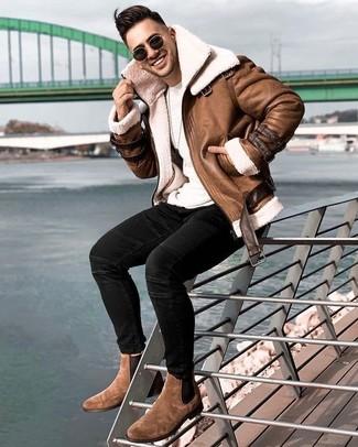 Мода для 20-летних мужчин: Лук из коричневой короткой дубленки и черных зауженных джинсов поможет реализовать в твоем ансамбле городской стиль современного джентльмена. Почему бы не добавить в этот образ на каждый день чуточку консерватизма с помощью коричневых замшевых ботинок челси?
