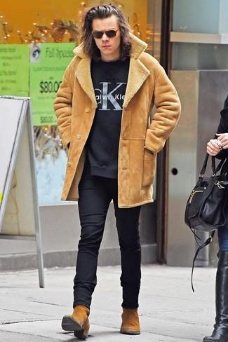 Как Harry Styles носит Светло-коричневая короткая дубленка, Черный свитер с круглым вырезом с принтом, Черные шерстяные классические брюки, Светло-коричневые замшевые ботинки челси