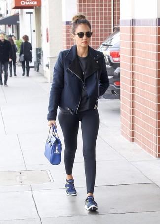 Как Jessica Alba носит Темно-синяя короткая дубленка, Темно-серый свитер с круглым вырезом, Черные леггинсы, Темно-синие кроссовки