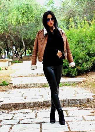 Как и с чем носить: коричневая короткая дубленка, черный свитер с круглым вырезом, черные кожаные леггинсы, черные замшевые ботильоны