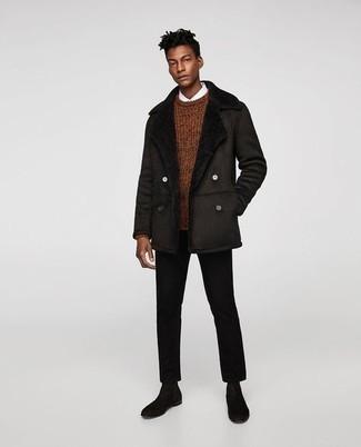 С чем носить черные замшевые ботинки челси мужчине: Современным джентльменам, которые предпочитают быть в курсе последних тенденций, советуем обратить внимание на это сочетание темно-коричневой короткой дубленки и черных брюк чинос. Не прочь сделать образ немного элегантнее? Тогда в качестве дополнения к этому образу, выбери черные замшевые ботинки челси.