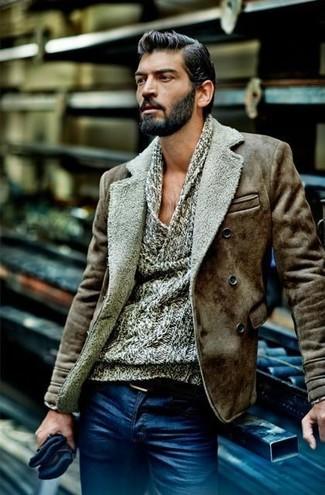 Как и с чем носить: коричневая короткая дубленка, серый свитер с хомутом, синие джинсы, черный кожаный ремень