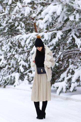Бежевая короткая дубленка и бежевая юбка-миди со складками — обязательные вещи в гардеробе стильной женщины. Говоря об, можно завершить образ черными замшевыми сапогами.