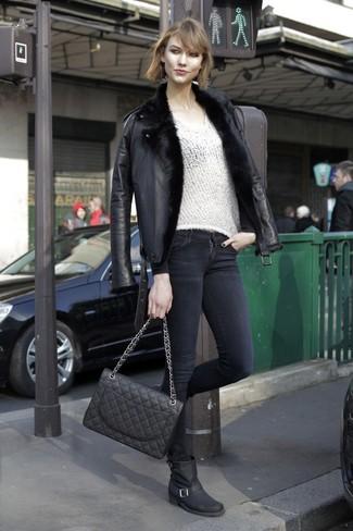 Как и с чем носить: черная короткая дубленка, белый свитер с v-образным вырезом, черные джинсы скинни, черные кожаные полусапоги