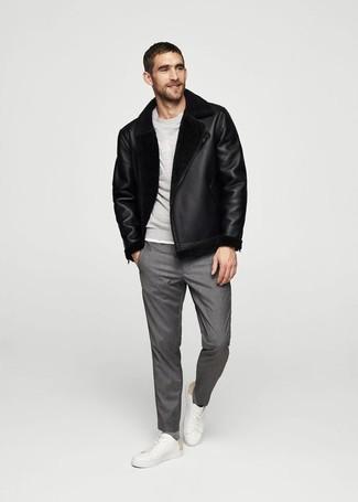 Как и с чем носить: черная короткая дубленка, серый свитшот, серые классические брюки, белые кожаные низкие кеды