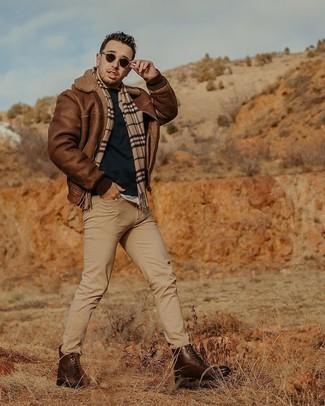 Мужские луки: Дуэт коричневой короткой дубленки и светло-коричневых джинсов позволит составить интересный мужской образ в стиле casual.