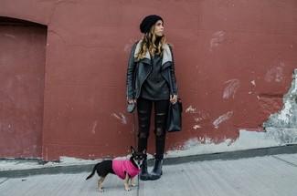 Черная кожаная короткая дубленка и черные рваные джинсы скинни — идеальный вариант для вечера в компании друзей. Темно-серые кожаные ботинки на шнуровке помогут сделать образ менее официальным.