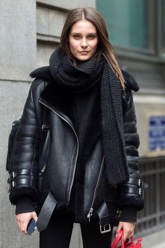 Как и с чем носить: черная короткая дубленка, черный свободный свитер, черные джинсы скинни, черный кожаный рюкзак