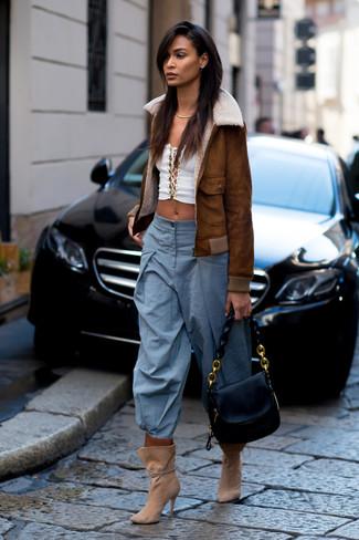 Как и с чем носить: коричневая короткая дубленка, белый укороченный топ, голубые широкие брюки, светло-коричневые замшевые ботильоны