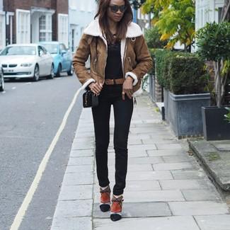 Как и с чем носить: коричневая короткая дубленка, черная футболка с длинным рукавом, черные узкие брюки, разноцветные замшевые ботильоны