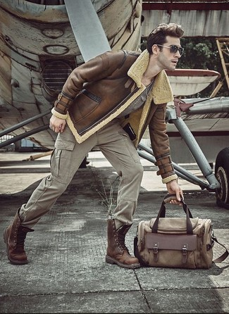 Как и с чем носить: коричневая короткая дубленка, серая футболка с круглым вырезом, серые брюки карго, коричневые кожаные повседневные ботинки