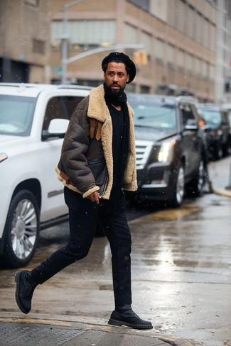 Как и с чем носить: темно-коричневая короткая дубленка, черная футболка с круглым вырезом, черные брюки чинос, черные кожаные повседневные ботинки
