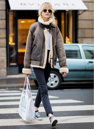 Как и с чем носить: коричневая короткая дубленка, белая футболка с круглым вырезом, черные джинсы, черно-белые низкие кеды из плотной ткани