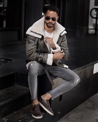 Темно-коричневые кожаные монки с двумя ремешками: с чем носить и как сочетать: Серая короткая дубленка и серые рваные джинсы — превосходная формула для воплощения приятного и простого ансамбля. Не прочь привнести в этот лук немного классики? Тогда в качестве дополнения к этому образу, стоит обратить внимание на темно-коричневые кожаные монки с двумя ремешками.