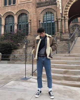 С чем носить черно-белые низкие кеды из плотной ткани мужчине: Если ты любишь смотреться модно, чувствуя себя при этом комфортно и нескованно, попробуй это сочетание коричневой короткой дубленки и синих джинсов. Любишь незаурядные сочетания? Можешь закончить свой ансамбль черно-белыми низкими кедами из плотной ткани.