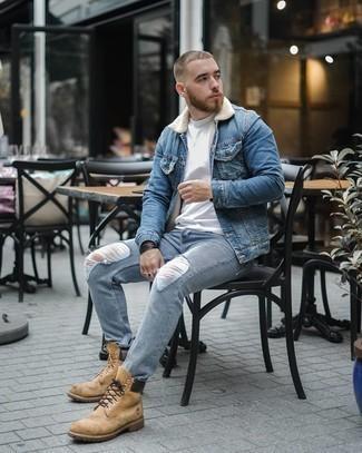С чем носить синюю джинсовую короткую дубленку мужчине: Такое лаконичное и комфортное сочетание вещей, как синяя джинсовая короткая дубленка и голубые рваные джинсы, полюбится мужчинам, которые любят проводить дни активно. Почему бы не добавить в этот ансамбль чуточку легкой небрежности с помощью светло-коричневых кожаных рабочих ботинок?
