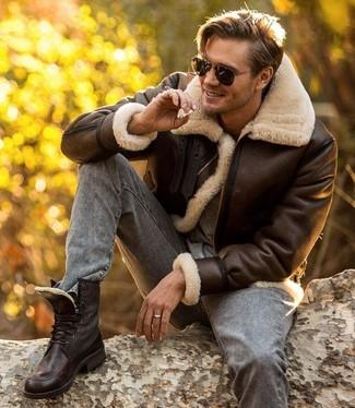 Как и с чем носить: темно-коричневая короткая дубленка, серая футболка с круглым вырезом, серые зауженные джинсы, темно-коричневые кожаные повседневные ботинки