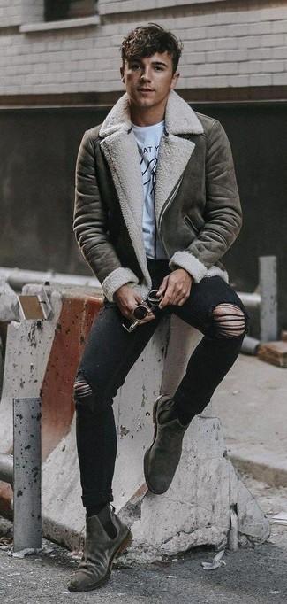 Как и с чем носить: серая короткая дубленка, бело-черная футболка с круглым вырезом с принтом, черные рваные зауженные джинсы, серые замшевые ботинки челси