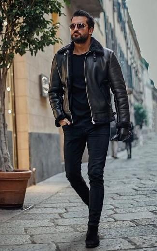 Темно-синие зауженные джинсы: с чем носить и как сочетать мужчине: Черная короткая дубленка и темно-синие зауженные джинсы прочно закрепились в гардеробе многих парней, позволяя создавать запоминающиеся и стильные образы. Преобразить лук и добавить в него толику классики позволят черные замшевые ботинки челси.