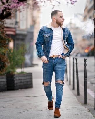 С чем носить синюю джинсовую короткую дубленку мужчине: Такое простое и комфортное сочетание вещей, как синяя джинсовая короткая дубленка и синие рваные зауженные джинсы, полюбится мужчинам, которые любят проводить дни в постоянном движении. Весьма недурно здесь будут смотреться табачные замшевые ботинки челси.