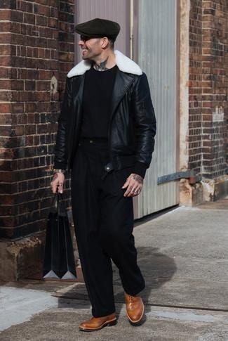 Как и с чем носить: черно-белая короткая дубленка, черная футболка с круглым вырезом, черные классические брюки, светло-коричневые кожаные броги