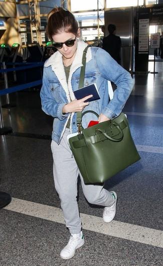 Как и с чем носить: голубая джинсовая короткая дубленка, темно-зеленая футболка с круглым вырезом, серые спортивные штаны, белые кожаные низкие кеды