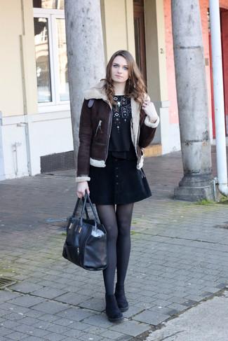Как и с чем носить: темно-коричневая короткая дубленка, черная футболка с круглым вырезом с вышивкой, черная юбка на пуговицах, черные замшевые ботинки челси