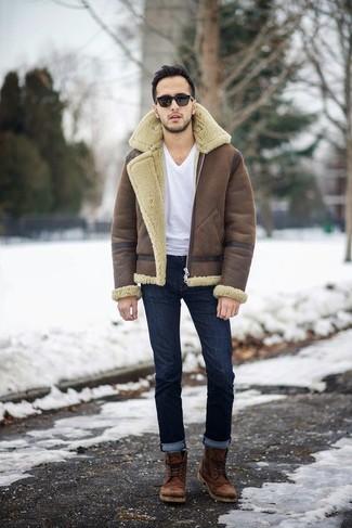 Как и с чем носить: коричневая короткая дубленка, белая футболка с v-образным вырезом, темно-синие джинсы, коричневые кожаные повседневные ботинки