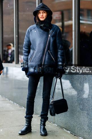 Как и с чем носить: черная короткая дубленка, черный худи, черные джинсы скинни, черные кожаные ботильоны