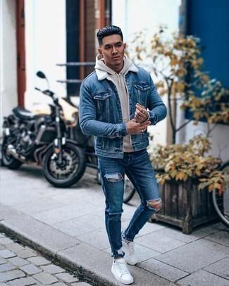 Мужские луки: Синяя джинсовая короткая дубленка и синие рваные джинсы — хорошая формула для создания привлекательного и функционального ансамбля. В паре с этим образом наиболее гармонично будут выглядеть белые низкие кеды из плотной ткани.