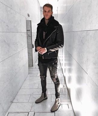 Как и с чем носить: черная короткая дубленка, черно-белый худи в горизонтальную полоску, темно-серые рваные зауженные джинсы, серые замшевые ботинки челси