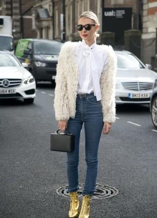 Как и с чем носить: белая короткая шуба, белая блуза на пуговицах, темно-синие джинсы скинни, золотые кожаные ботильоны на шнуровке