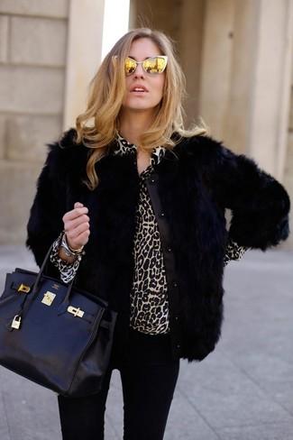 Коричневая блузка и черные джинсы скинни — необходимые вещи в арсенале стильной современной женщины.