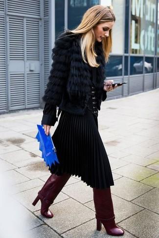 Как Olivia Palermo носит Черная короткая шуба, Черная блуза на пуговицах, Черная юбка-миди со складками, Темно-красные кожаные сапоги