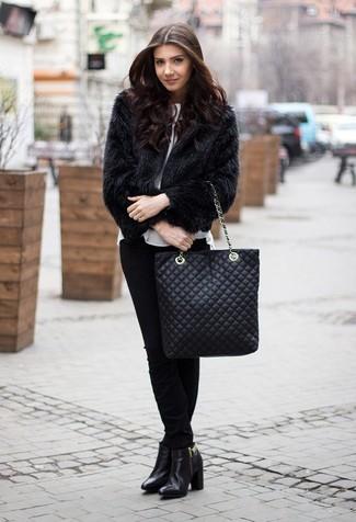 Как и с чем носить: черная короткая шуба, белая блуза с коротким рукавом, черные узкие брюки, черные кожаные ботильоны