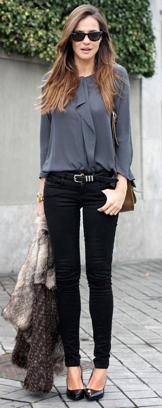 Серая короткая шуба и черные джинсы скинни — отличный вариант для похода в кино или по магазинам. Черные кожаные туфли — отличный вариант, чтобы завершить образ.