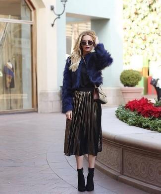 Как и с чем носить: темно-синяя короткая шуба, черная блузка с длинным рукавом, золотая юбка-миди со складками, черные ботильоны на резинке