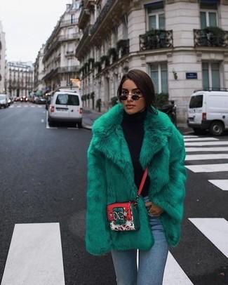 Как и с чем носить: зеленая короткая шуба, черная водолазка, голубые джинсы скинни, разноцветная кожаная сумка через плечо с принтом
