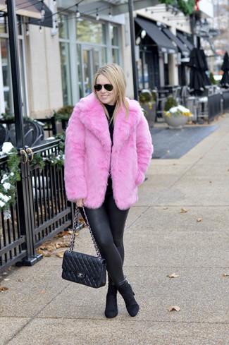 Как и с чем носить: ярко-розовая короткая шуба, черная водолазка, черные кожаные леггинсы, черные замшевые ботильоны