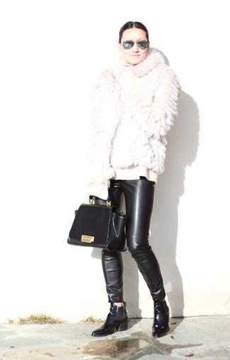 Как и с чем носить: белая короткая шуба, белая шерстяная водолазка, черные кожаные узкие брюки, черные кожаные ботинки челси
