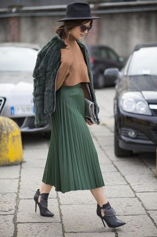 Как и с чем носить: темно-зеленая короткая шуба, светло-коричневая водолазка, темно-зеленая юбка-миди со складками, черные кожаные ботильоны с вырезом