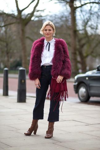 С чем носить пурпурную короткую шубу: Сочетание пурпурной короткой шубы и темно-синих джинсовых брюк-кюлотов вдохновляет на проявление собственного стиля. Коричневые кожаные ботильоны станут замечательным завершением твоего лука.