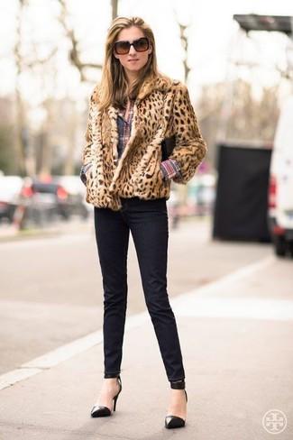 Как и с чем носить: светло-коричневая короткая шуба с леопардовым принтом, разноцветная классическая рубашка в шотландскую клетку, черные джинсы скинни, черные кожаные туфли
