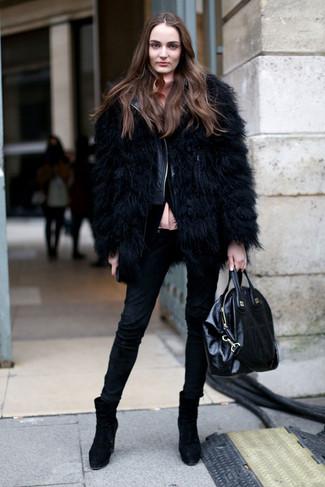 Как и с чем носить: черная короткая шуба, черная кожаная стеганая косуха, розовая блуза на пуговицах, черные джинсы скинни