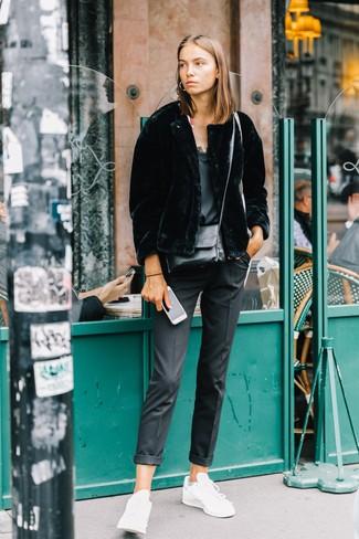Как и с чем носить: черная короткая шуба, черная шелковая майка, черные классические брюки, белые кожаные низкие кеды