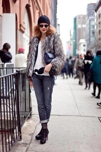 Как и с чем носить: серая короткая шуба, черный пиджак, белая футболка с v-образным вырезом, темно-серые джинсы